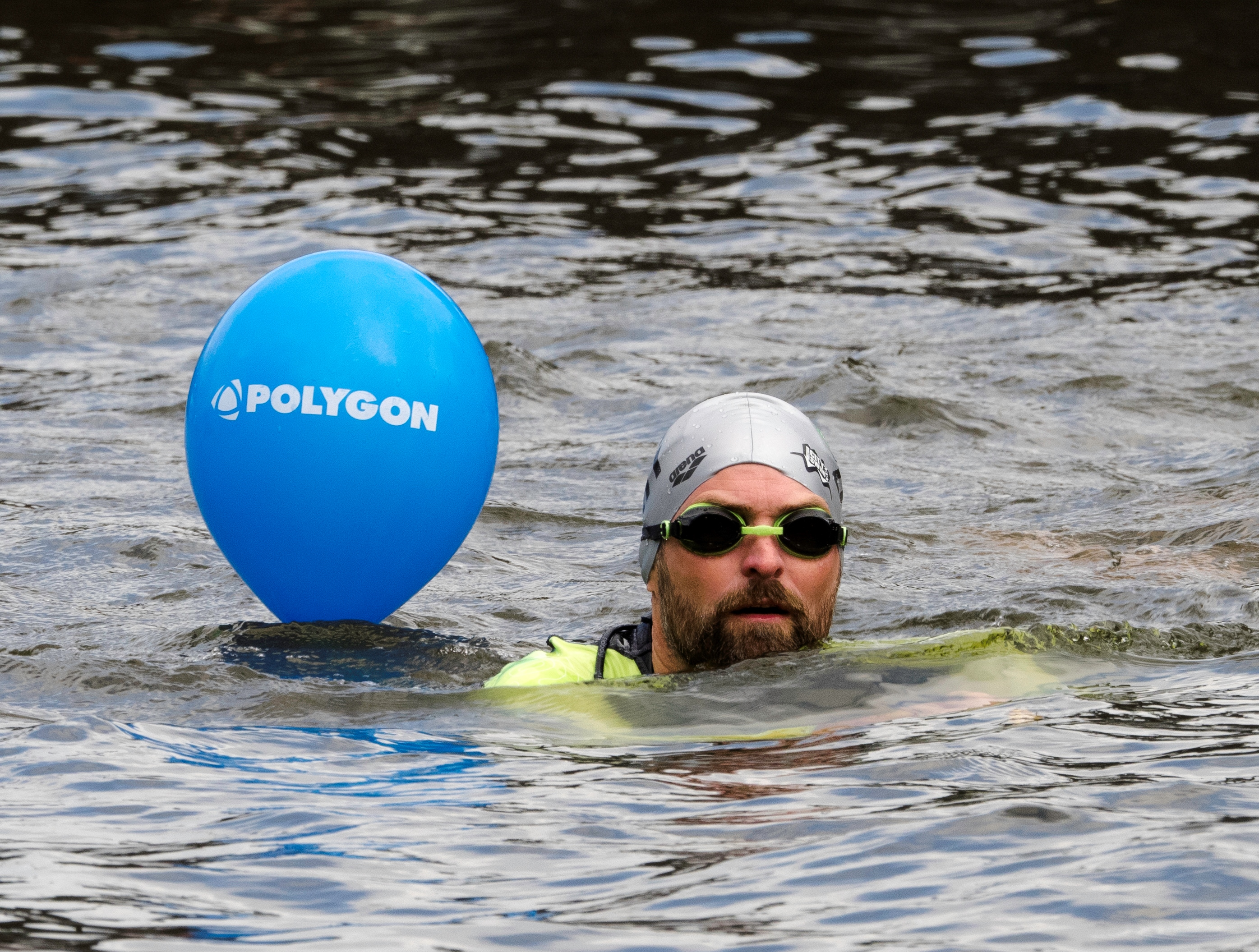 Polygon @amsterdam City Swim 2016 - Dick in gracht met polygon ballon